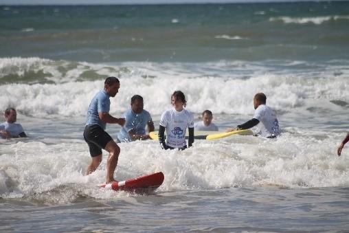 photo d'un groupe de see surfeurs à l'eau avec au premier plan Laurent, un See surfeur d'un niveau déja avancé sur sa nouvelle planche