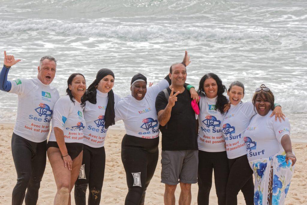 """photo de membres de l'association Surf insertion et de l'association """"Tu es belle maman"""""""