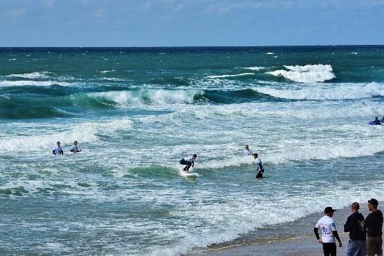 photo de l'océan avec les see surfeurs et les bénévoles