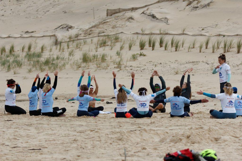 Julia qui enseigne le Yoga aux see surfeurs et aux bénévoles